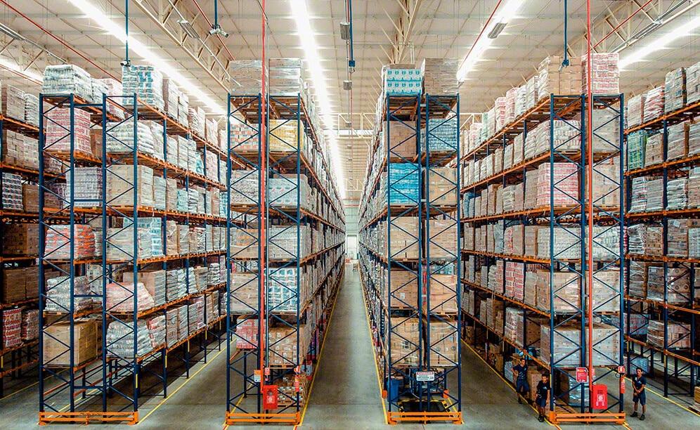 Grande capacità di stoccaggio nel centro di distribuzione  di Armazém Mateus in Brasile