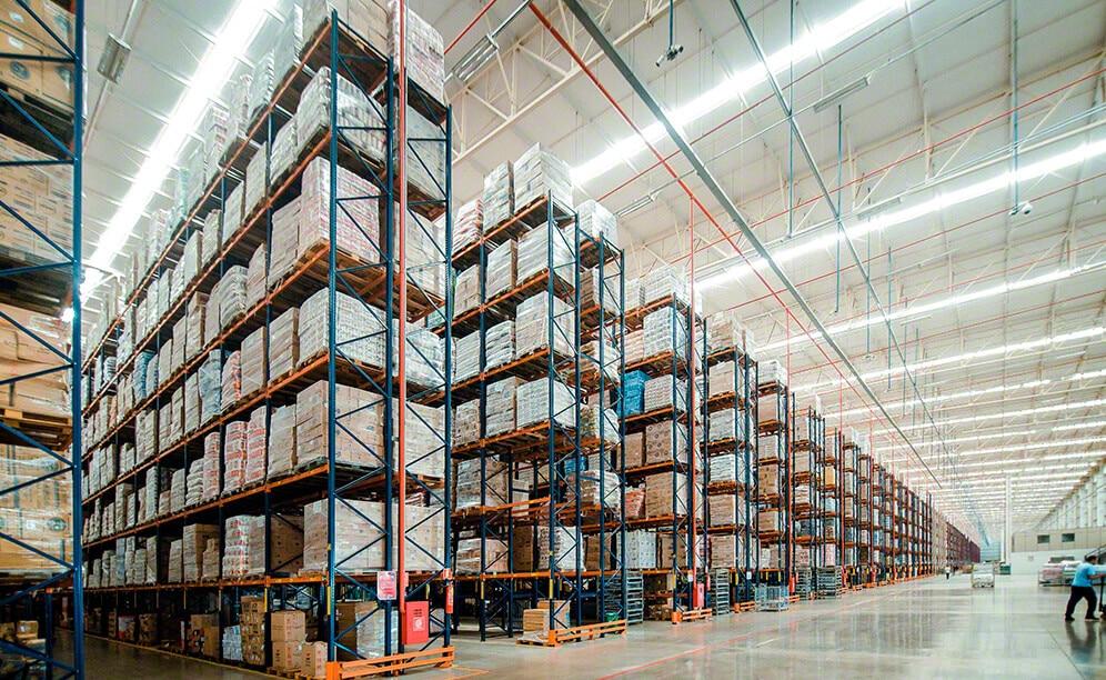 Il centro di distribuzione di Armazém Mateus si distingue per la grande capacità di stoccaggio che supera i 91.300 posti pallet