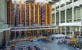 L'area di stoccaggio è completamente automatizzata con 10 trasloelevatori bicolonna
