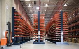 Le scaffalature cantilever raggiungono gli 8 m di altezza e sono appositamente progettate per alloggiare le unità di carico lunghe