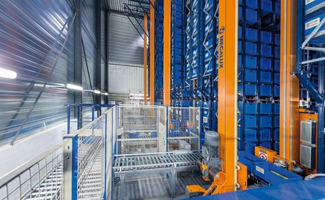 MGA dispone di un efficiente magazzino automatico miniload accompagnato da scaffalature portapallet