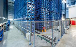 Magazzino miniload raggiunge una capacità di stoccaggio di 15.872 posti per contenitori