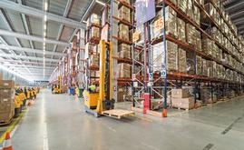 I mezzi di sollevamento utilizzati per depositare i pallet sulle scaffalature sono carrelli elevatori retrattili