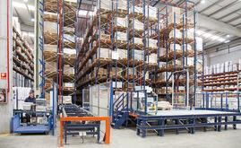 L'installazione di Industrias Cosmic è formata da un magazzino automatico con canali a gravità e una postazione di picking nella parte anteriore