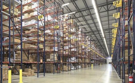 Le scaffalature portapallet risolvono i problemi di spazio del grossista di abbigliamento SanMar nel suo centro di distribuzione di Dallas