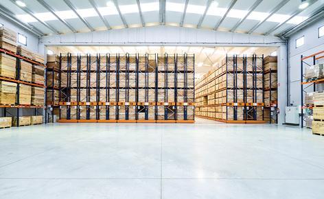 Mecalux ha dotato il magazzino di Connorsa di scaffalature portapallet e di due blocchi di scaffalature su basi mobili Movirack