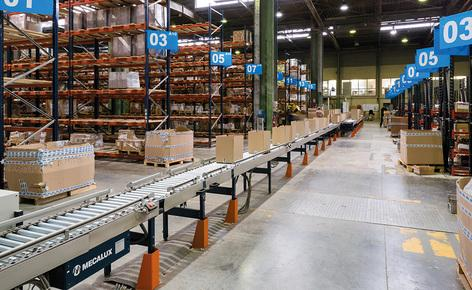 Mecalux ha deciso di fornire un circuito di rulliere che scorresse nel centro del magazzino a una velocità di 25 m/min e unisse tutte le aree