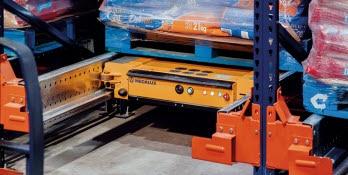 Il Pallet Shuttle agisce in modo autonomo seguendo le istruzioni che l'operatore gli trasmette con un tablet Wi-Fi