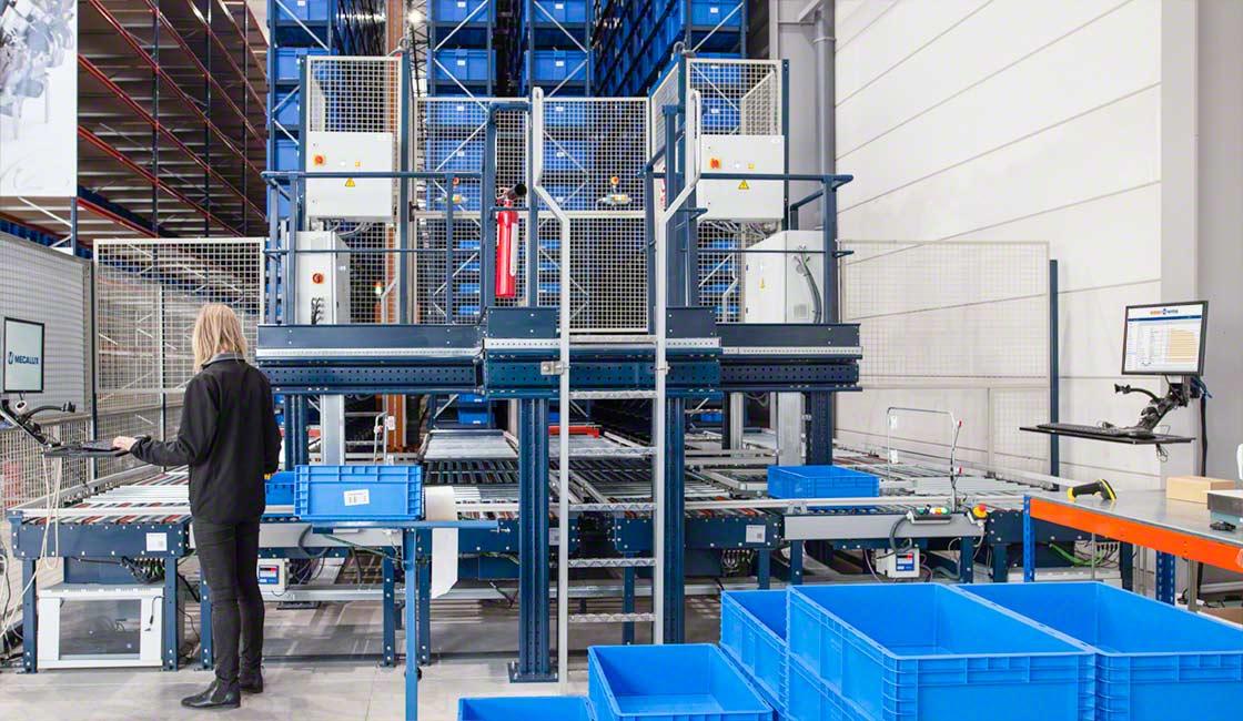 Il trasloelevatore per contenitori o miniload è la soluzione ideale per velocizzare l'approvvigionamento degli ordini verso una postazione di picking