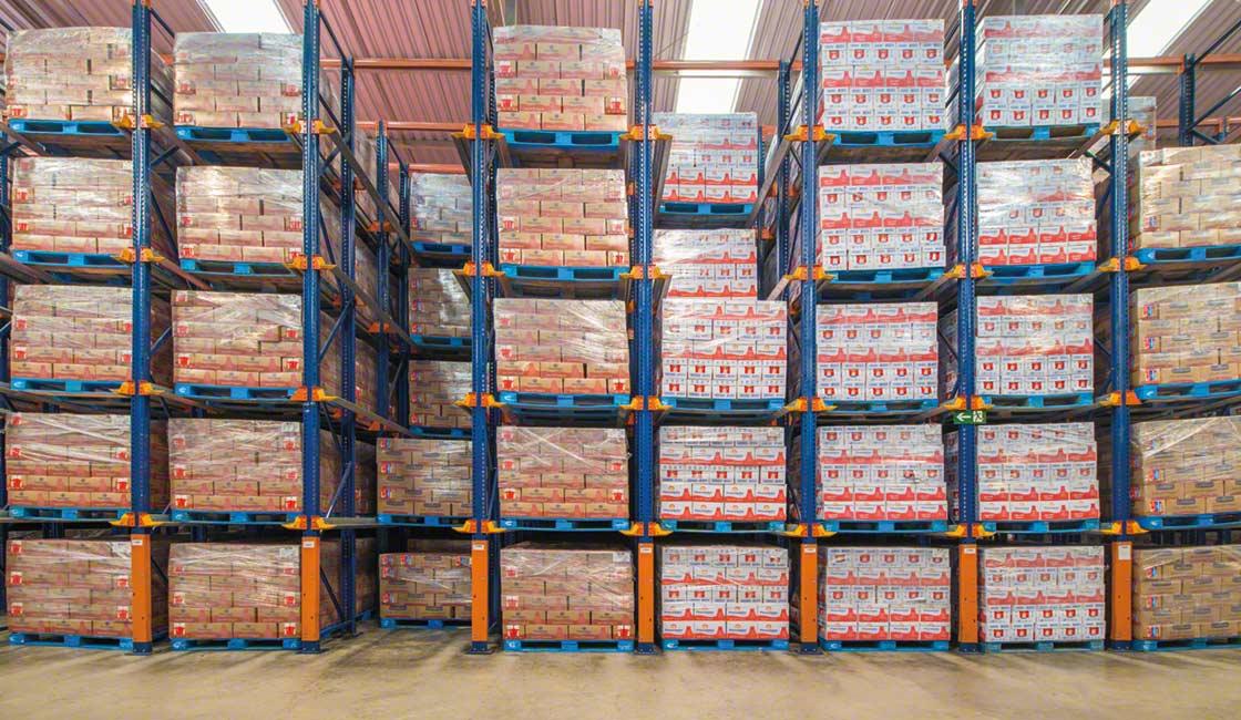 Le scaffalature a stoccaggio intensivo sfruttano lo spazio disponibile per ospitare più prodotti